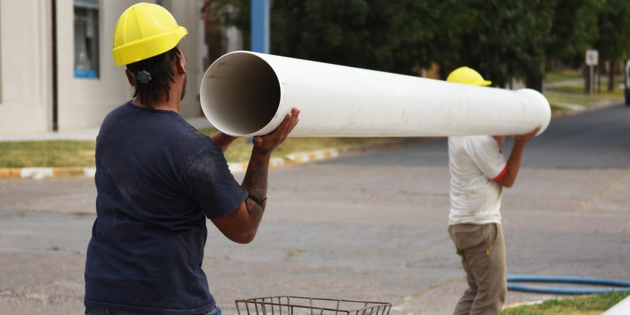 TRÁNSITO CORTADO EN UNA CUADRA DE RIVADAVIA, POR CAMBIO DE CAÑERÍA DE CLOACAS